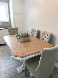 Harvest oak table with two leaves that can seat up to 10