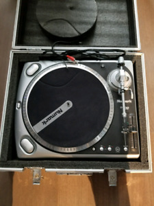 Numark tt200 turntables with case
