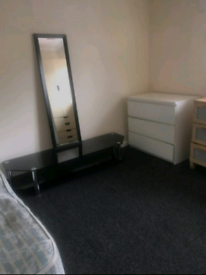 Double room is available no deposit required all bills included &Wi-Fi