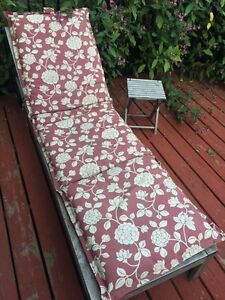 Lawn chair and table for sale. URGENT