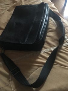 KENNETH COLE REACTION - MESSENGER BAG