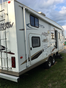 2005 Prowler Regal 29' fifth wheel 2 rear bunks and slide out