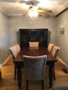 Beautiful Dining Set - Mahogany table, hutch/cabinet, 6 chairs