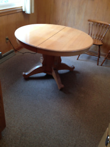 Vintage maple 3 leaf pedestal table with 5 chairs. 1930's