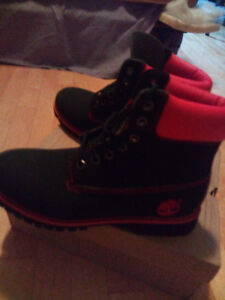 Selling a pair of Timberlands *NEW size 10 - 10.5 boots .!!