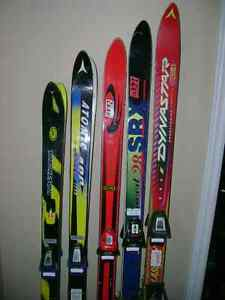 Downhill skis with adjustable bindings