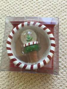 Pier 1 Resin Holiday Christmas Wine Bottle Holder & Stopper