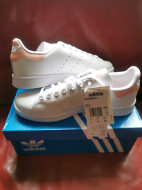 BRAND NEW PRICED TO SELL -ADIDAS WOMANS/GIRLS TRAINERS WHITE-SIZE 5.5