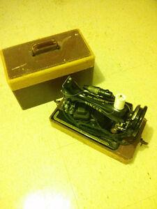 Antique SINGER sewing machine!! London Ontario image 1