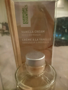 NEVER USED VANILLA CREAM REED DIFFUSER