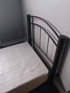 Base de lit simple en métal avec box pour matela