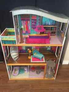 Large Dollhouse/Barbie House - Near Perfect Condition!