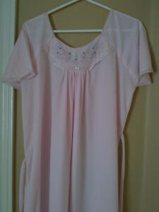 Women's light pink floral embroidered night sleepwear gown Small London Ontario image 5