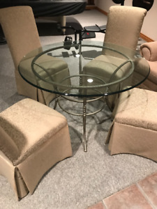 BEAUTIFUL GLASS TABLE DINING SET WITH CHAIRS -GREAT CONDITION