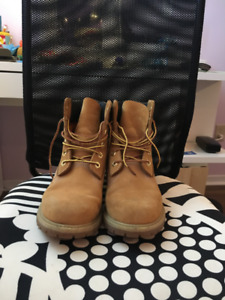 Selling!! Size 7 1/2  women Timberlands.