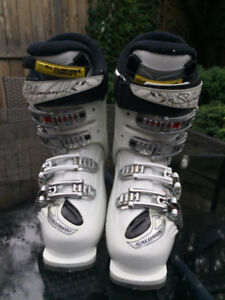 WOMEN'S SALOMON SKI BOOTS (Size 22)