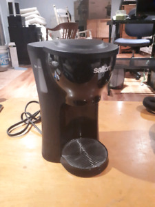 Single cup coffee brewer