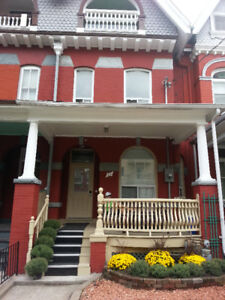 2 FEMALE STUDENTS for SMALL + BIG room @ College + Spadina