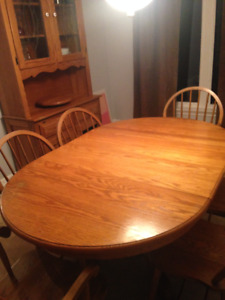 Price dropped - Solid oak dining room table and hutch