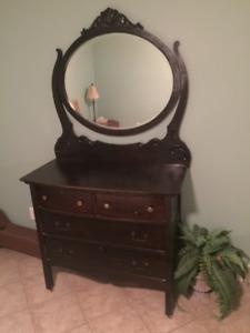 Bureau/commode antique en bois
