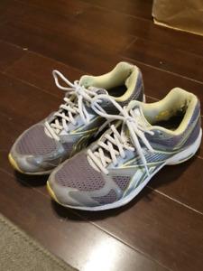 Women's size 7 1/2 Reebok Simply Tone walking / running shoes!!