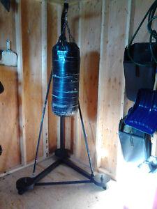 A vendre  Punching bag avec support en acier durable et gants