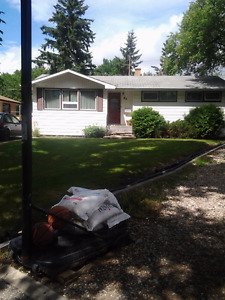 4 BEDROOM BUNGALOW LOCATED NEAR UNIVERSITY - AVAILABLE SEPT 1