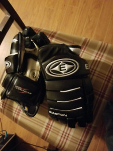 easton synergy 500 adult hockey gloves, mint condition