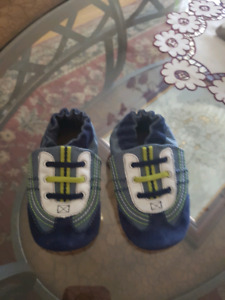 Robeez soft leather sole shoe size 6 to 12 mths
