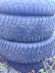 4 pneus 16 po 215/70R16 à clous