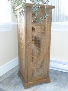 Colonne/armoire en chêne et osier.  Antiquité