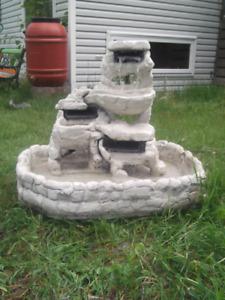 Belle fontaine d'eau extérieure en ciment