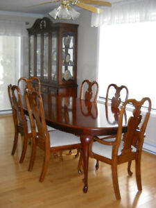 Mobilier salle à manger: Table (6-8 pers.), chaises,