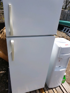 Apartment size refrigerator (delivery negotiable)