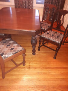 ANTIQUE (WALNUT?) DINING TABLE AND 6 CHAIRS
