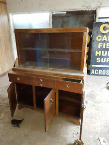 KNECHTEL DISPLAY HUTCH