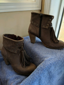 Tan suede boots size 6