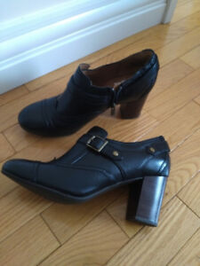 Women Clarks black leather shoes size 9