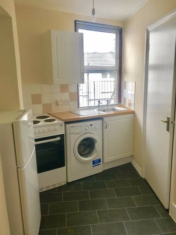 Large & Spacious Double Room - 30 Second walk from Ashford Station! ALL BILLS INCLUDED!
