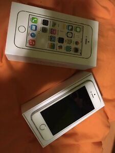 9/10 condition iPhone 5S 16GB white with Rogers London Ontario image 6