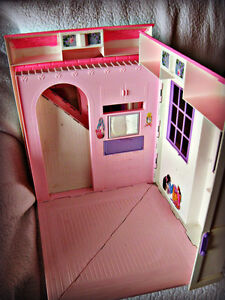 BARBIE ~ HOUSE (FOLDS OUT TO 3 ROOMS) W/BATTERY LAMP IN WINDOW Kitchener / Waterloo Kitchener Area image 7