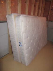 Great condition FULL sized Mattress and Box Set (Used)