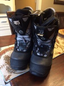 Size 8 Skidoo boots (NEW)