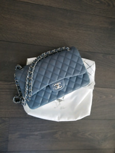 Authentic Chanel purse lambskin medium size