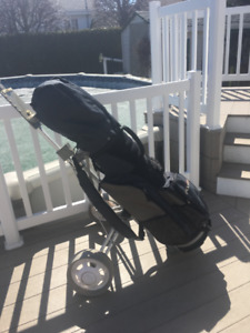 Carosse de golf, bâton et sac