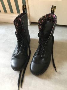 Dr Martens Black Floral Lined Combat Boots Womens Size 9