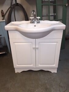 Sink And Cabinet With Fixtures / Lavabo et Cabinet