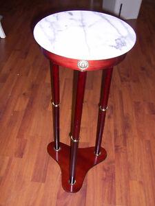 Plusieurs meubles: Table d'appoint en bois et dessus en marbre
