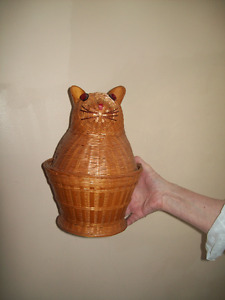 VINTAGE WICKER CAT BASKET OPENS UP GREAT FOR CAT LOVERS