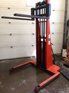 Pallet Stacker 2700lbs Lift 6pieds